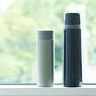 ステンレスボトル(480ml)(191442-640)使用イメージ(当商品は画面右側です)